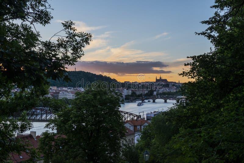 Vista del castillo de Praga sobre el río de Moldava del castillo de Vysehrad, Praga, República Checa imagen de archivo