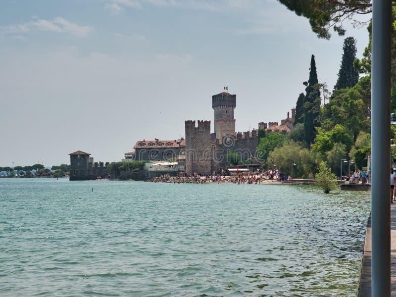 Vista del castillo de Scaligero y de su playa pública adyacente de la 'promenade' panorámica fotos de archivo libres de regalías