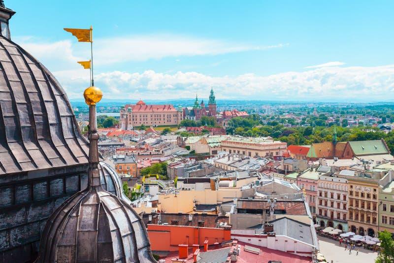 Vista del castillo de Wawel de la iglesia St Mary en la plaza del mercado principal, Cracovia, Polonia fotos de archivo libres de regalías