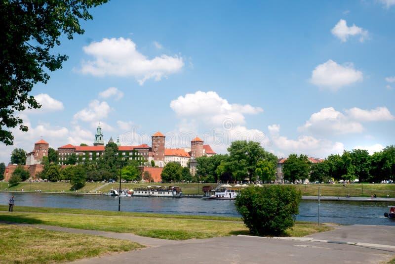 Vista del castillo de Wawel en el río Vistula en Kraków imagen de archivo