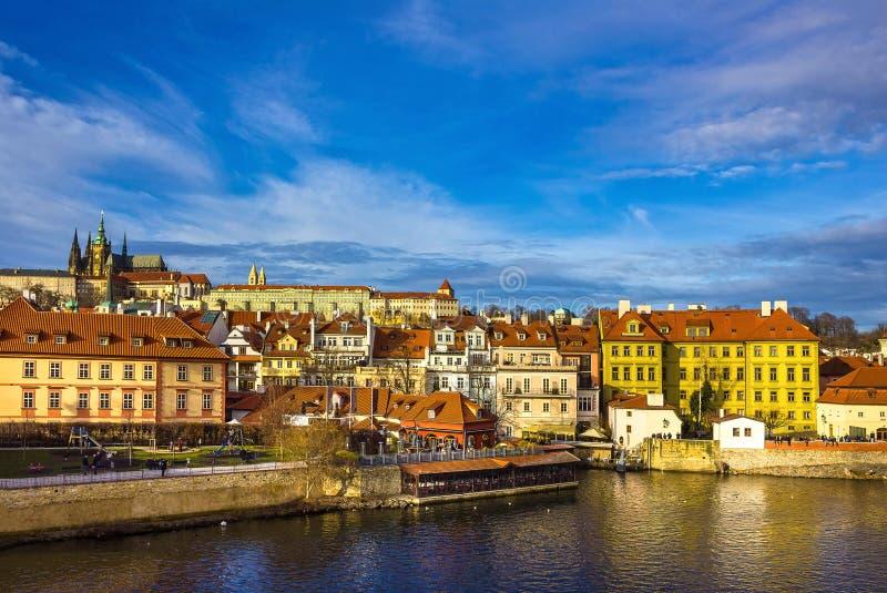 Vista del castillo y de St Vitus Cathedral de Mala Strana y de Praga sobre el río de Moldava foto de archivo libre de regalías