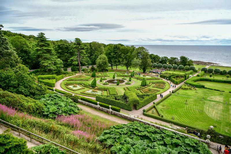 Vista del castillo y del jard?n Escocia Reino Unido de Dunrobin foto de archivo