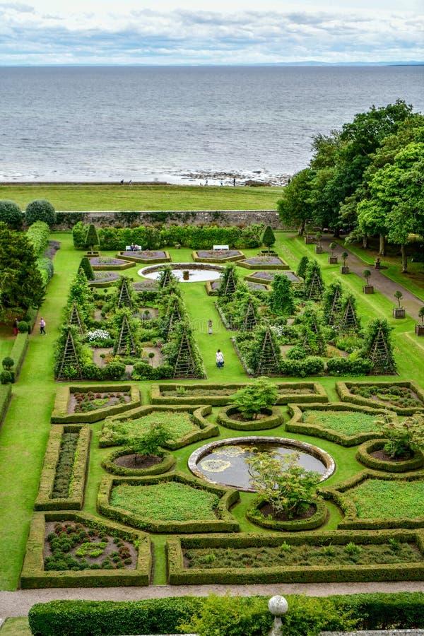 Vista del castillo y del jard?n Escocia Reino Unido de Dunrobin fotos de archivo