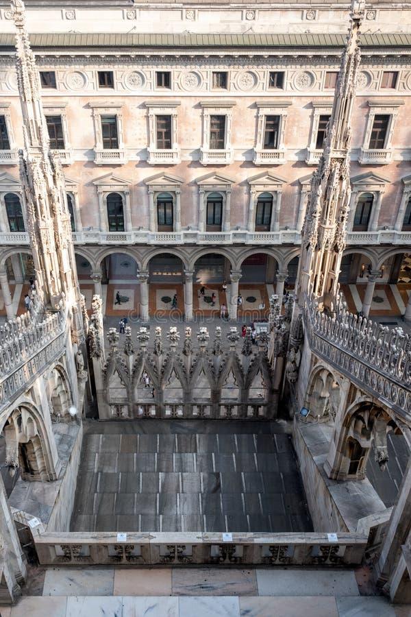 Vista del centro comercial icónico de Vittorio Emanuele II del Galleria, tomada de las terrazas de los di Milano de Milan Cathedr imagenes de archivo