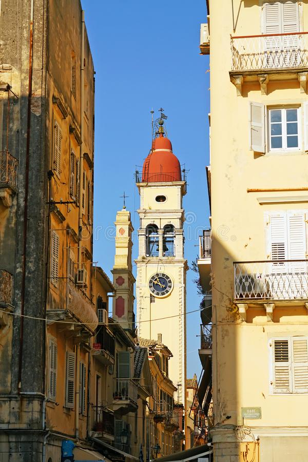 Vista del centro de ciudad con el campanario de la iglesia de Agios Spiridion, Corfú, Grecia imágenes de archivo libres de regalías