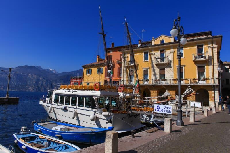 Vista del centro de ciudad de Malcesine y del pequeño puerto foto de archivo