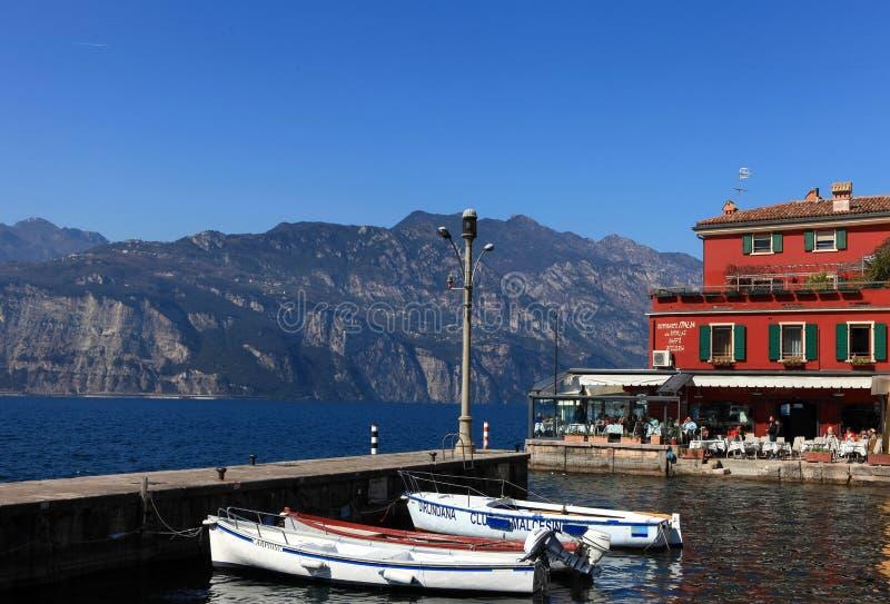 Vista del centro de ciudad de Malcesine y del pequeño puerto imágenes de archivo libres de regalías