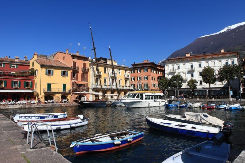 Vista del centro de ciudad de Malcesine y del pequeño puerto imagen de archivo libre de regalías