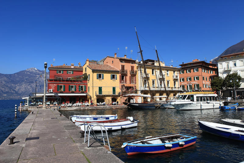 Vista del centro de ciudad de Malcesine y del pequeño puerto fotografía de archivo libre de regalías
