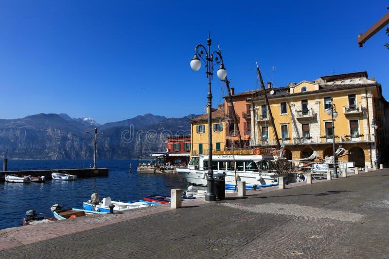 Vista del centro de ciudad de Malcesine y del pequeño puerto fotos de archivo libres de regalías