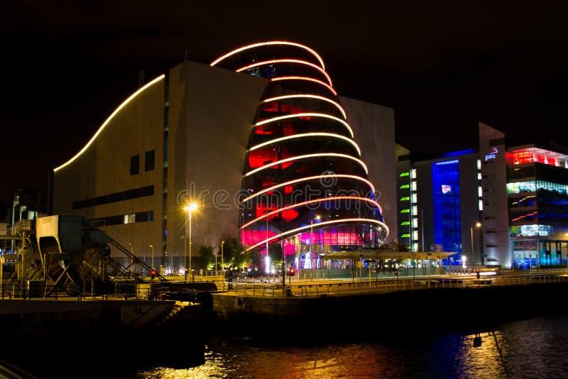 Vista del centro de convenio sobre el río Liffey en Dublín, Irlanda en la noche, iluminada con reflexiones de luces en el agua imagen de archivo libre de regalías
