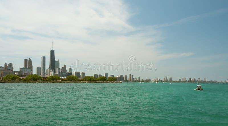 Vista del centro dell'orizzonte di Chicago da una barca immagine stock libera da diritti