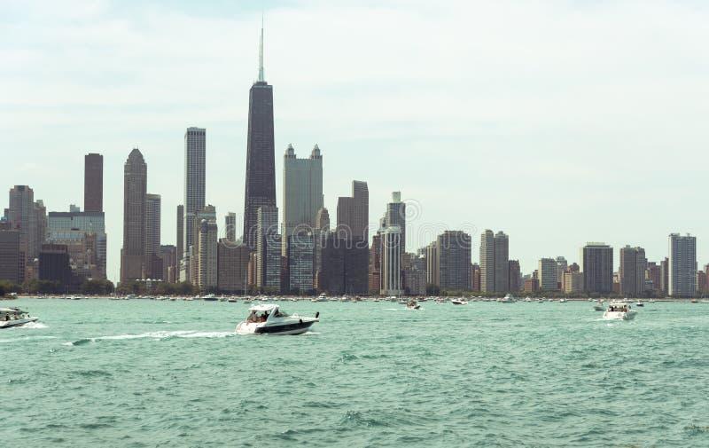 Vista del centro dell'orizzonte di Chicago da una barca fotografia stock libera da diritti