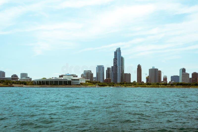Vista del centro dell'orizzonte di Chicago da una barca immagine stock