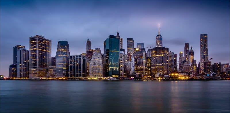 Vista del centro di Manhattan alla notte fotografie stock libere da diritti
