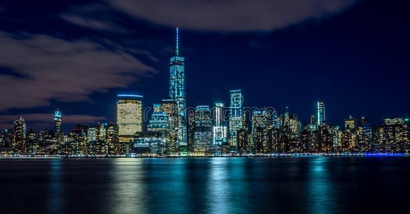 Vista del centro di Manhattan alla notte fotografia stock
