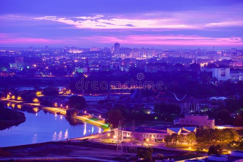 Vista del centro di notte di Minsk di estate Luci magnifiche della città fotografie stock