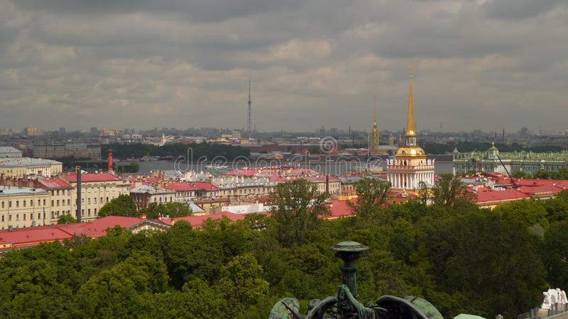 Vista del centro histórico de la columnata de la catedral del ` s del St Isaac imágenes de archivo libres de regalías