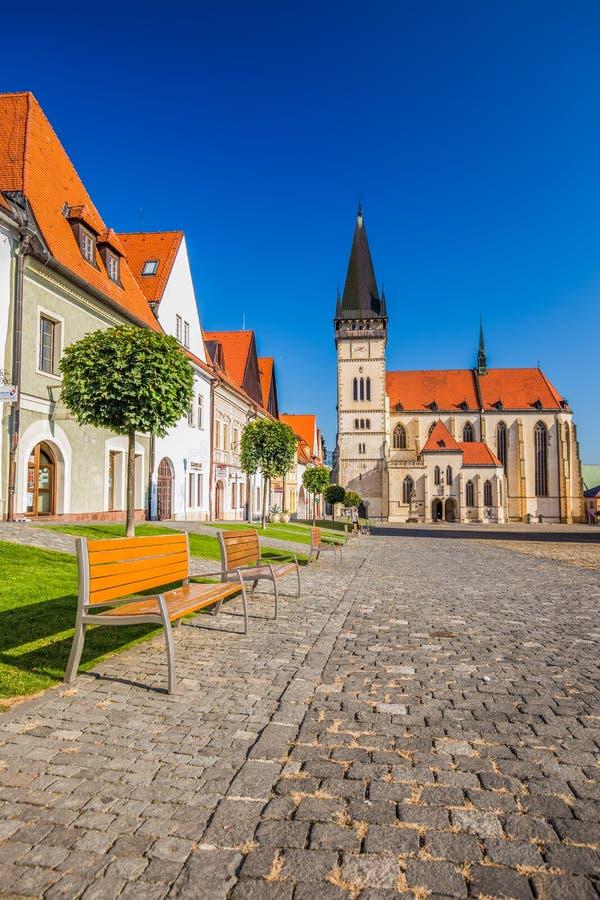 Vista del centro storico di Bardejov con il municipio fotografia stock libera da diritti