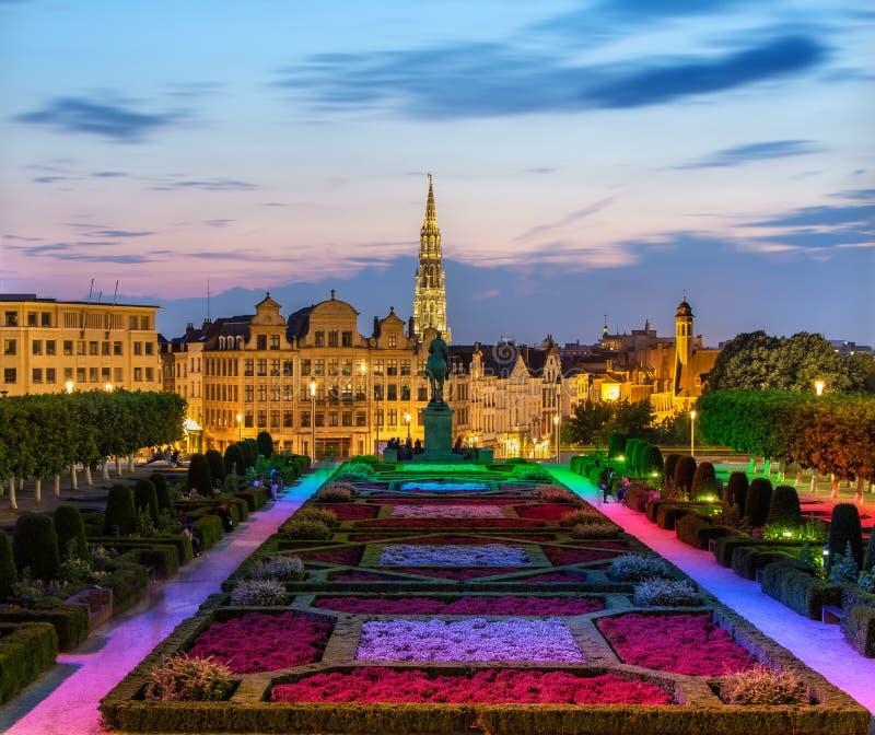 Vista del centro urbano di Bruxelles nella sera immagini stock libere da diritti