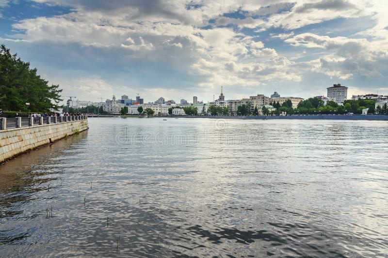 Vista del centro y del terraplén de ciudad de Ekaterimburgo en el río de Iset Rusia fotos de archivo