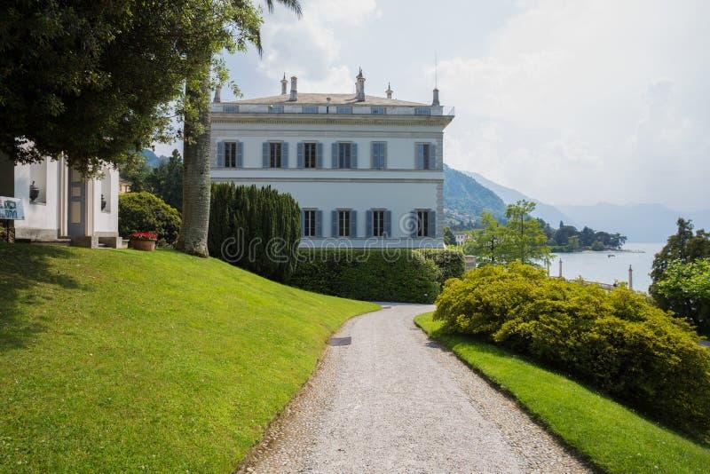 Vista del chalet Melzi y de los jardines en el pueblo de Bellagio en el lago Como, Italia imagen de archivo libre de regalías