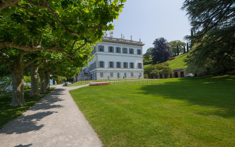 Vista del chalet Melzi y de los jardines en el pueblo de Bellagio en el lago Como, Italia imagen de archivo