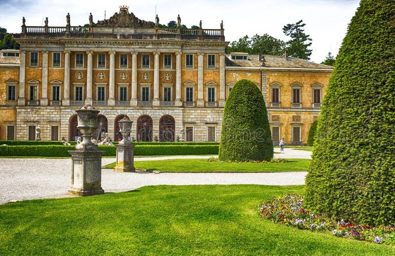 Vista del chalet Olmo y de jardines en el lago Como, Italia foto de archivo libre de regalías
