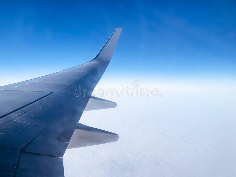 Vista del cielo blu ain dell'ala di aereo sopra le nuvole fotografie stock