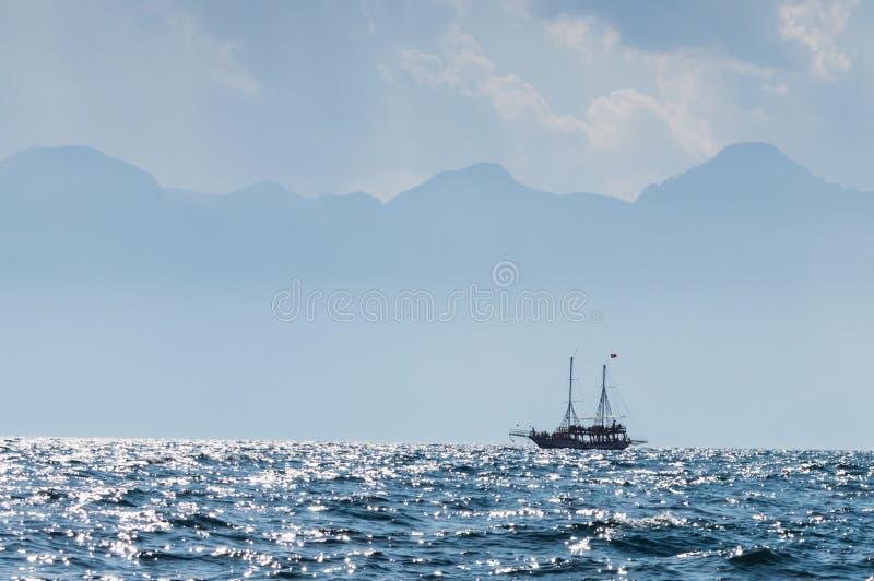 Vista del cielo con la barca fotografia stock libera da diritti