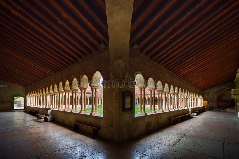 Vista del claustro y del jardín de San Zeno Maggiore Basilica, una iglesia Románica de la señal en Verona fotografía de archivo