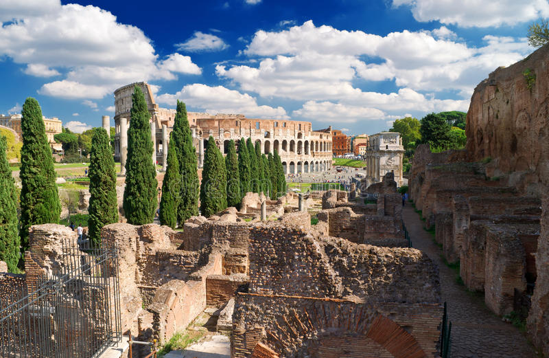 Vista del Colosseum de la colina de Palatine, Roma foto de archivo