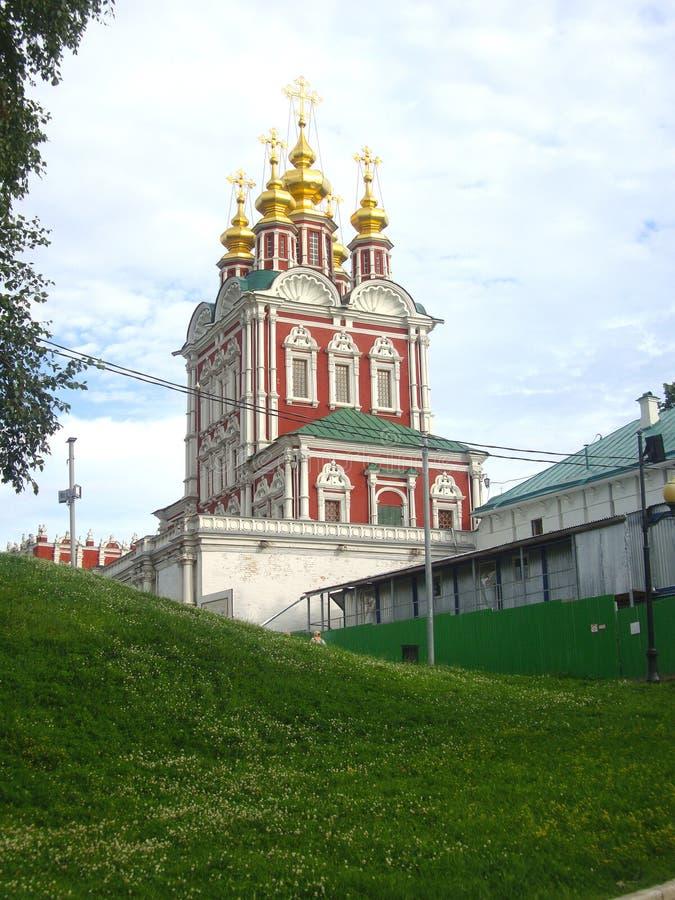 Vista del convento di Novodevichy dal lato dello stagno fotografie stock libere da diritti