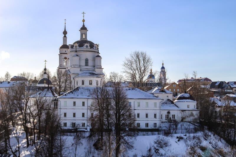 Vista del convento ortodoxo de Chernoostrovsky en invierno en la ciudad de Maloyaroslavets, Rusia imagen de archivo libre de regalías