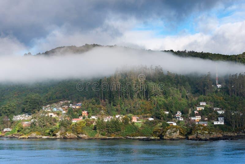 Vista del corral, una pequeña ciudad en la boca de río del río de Valdivia, Chile fotografía de archivo libre de regalías