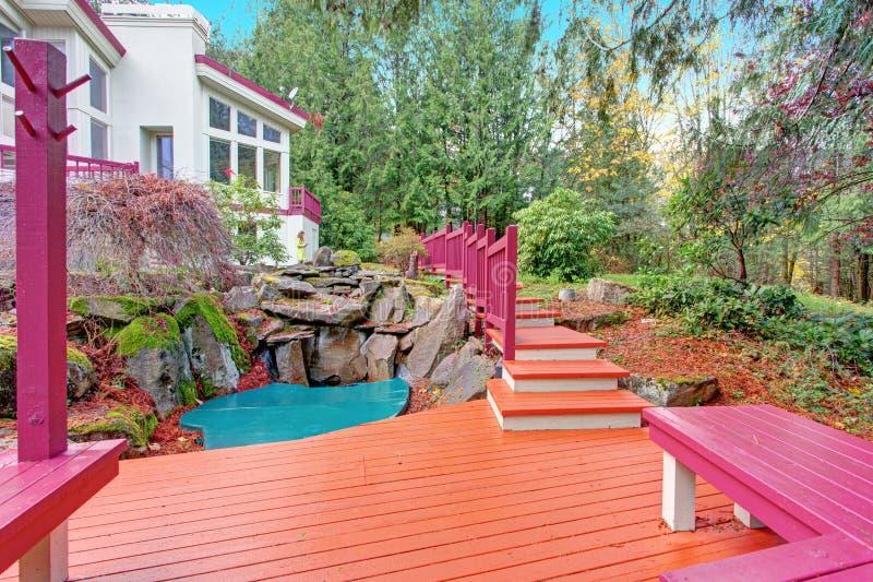Vista del cortile della casa lussuosa con un piccolo stagno fotografie stock libere da diritti