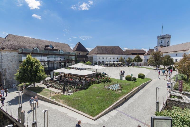 Vista del cortile delle armi del castello di Ljabljana con la torre dei tiratori, Slovenia immagini stock libere da diritti