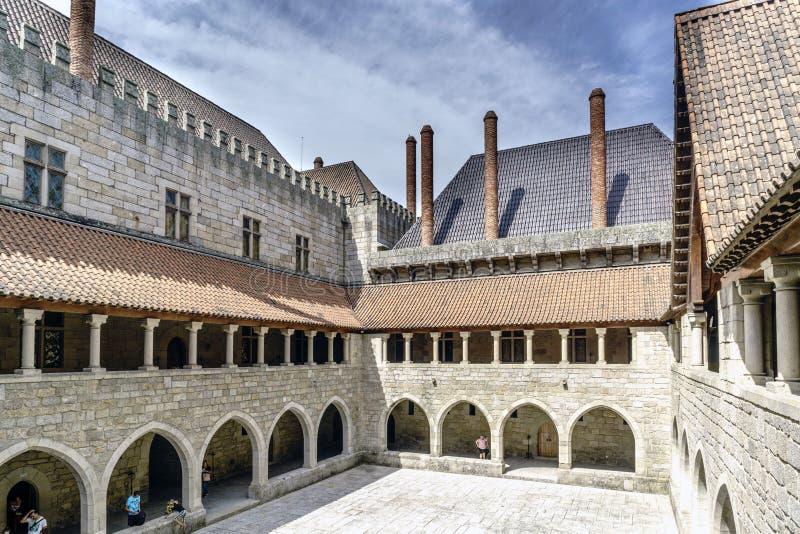 Vista del cortile principale del palazzo dei duchi di Braganza nello stile normanno dalla galleria sul primo piano fotografia stock libera da diritti