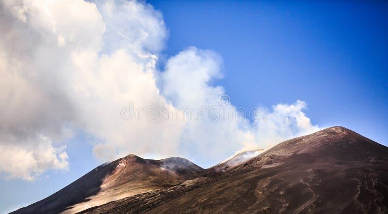 Vista del cráter de la cumbre en el Etna fotografía de archivo libre de regalías