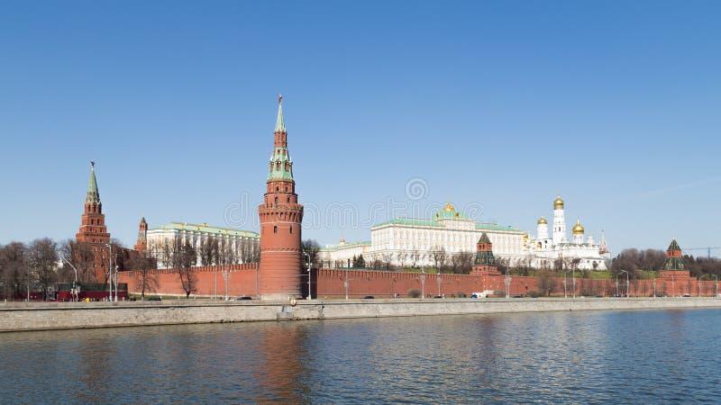 Vista del Cremlino attraverso il fiume di Moskva immagine stock libera da diritti