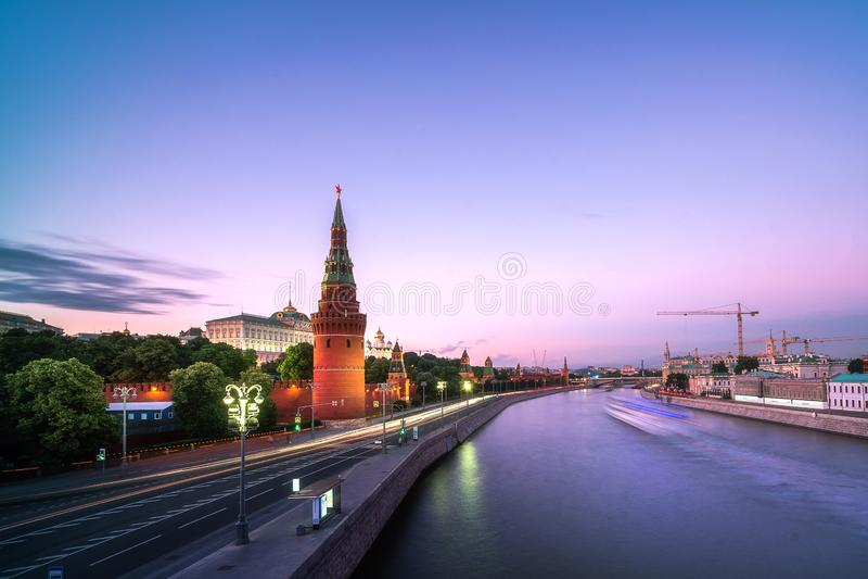 Vista del Cremlino di Mosca, argine di Cremlino, semafori, fiume di notte di Mosca a Mosca, Russia fotografia stock libera da diritti