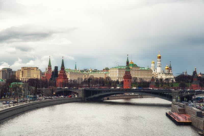 Vista del Cremlino di Mosca e del ponte di Bolshoy Kamenny sopra la m. immagine stock libera da diritti