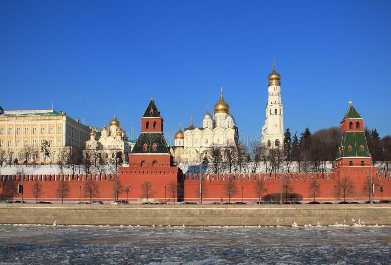 Vista del Cremlino di Mosca nell'inverno fotografie stock