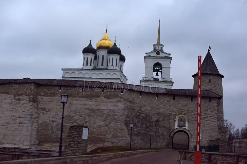 Vista del Cremlino di Pskov, Pskov Krom, una cittadella antica a Pskov Oblast, Russia immagine stock libera da diritti