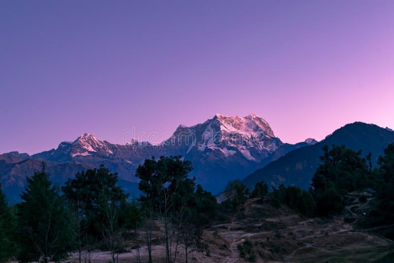 Vista del crepúsculo en los picos de Chaukhamba de Himalaya de Garhwal del uttrakhand del camping de Deoria Tal imagenes de archivo
