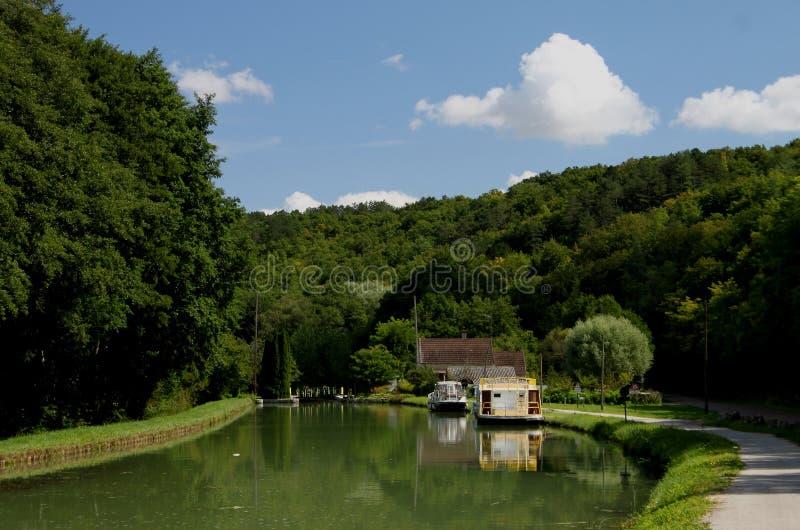 Vista del crogiolo di canale e della barca di fiume, canale du Nivernais, Borgogna fotografie stock libere da diritti