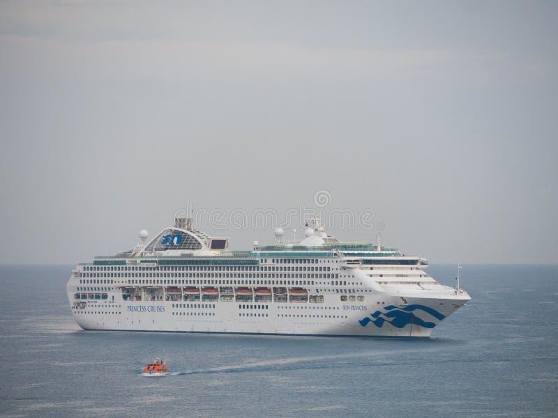 Vista del crucero blanco en el mar fotografía de archivo