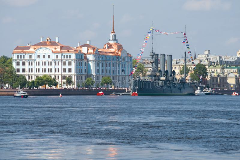 Vista del crucero del ` de la aurora del ` y del edificio de la escuela naval de Nakhimov imágenes de archivo libres de regalías