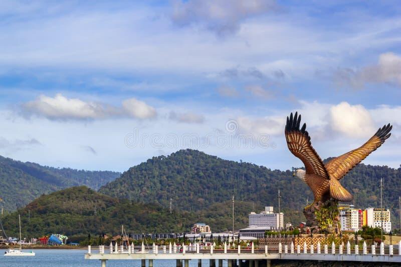 Vista del cuadrado central de la ciudad con el monumento al águila - el símbolo del fotos de archivo libres de regalías