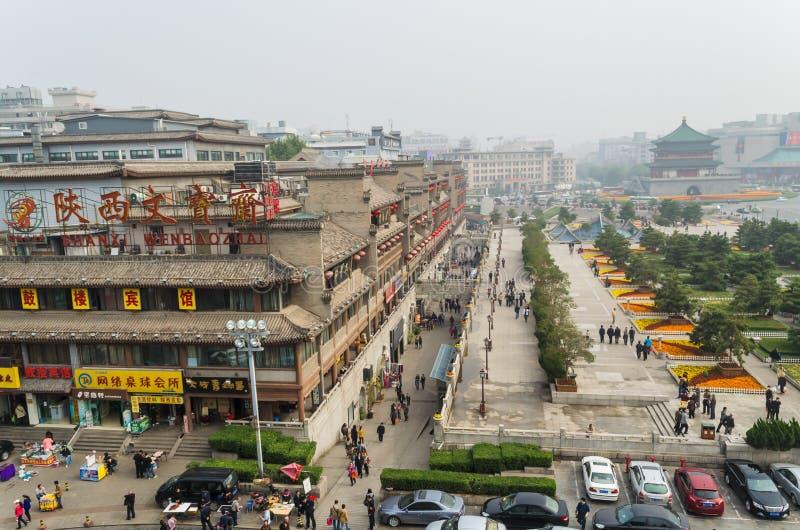 Vista del cuadrado cerca del campanario en Xian o imagenes de archivo